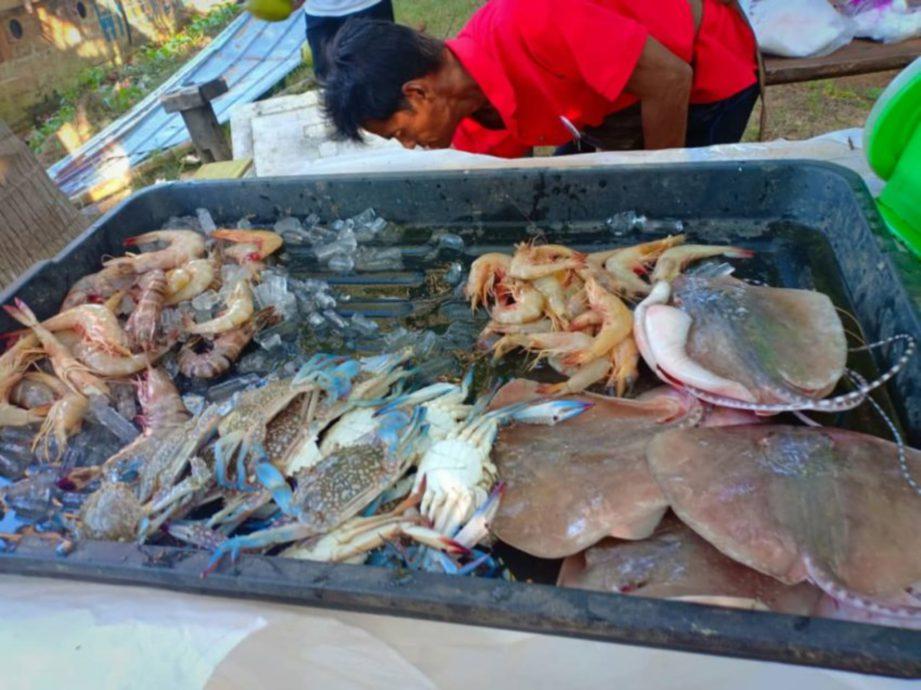 TANGKAPAN segar dari laut turut dijual di pasar terapung.