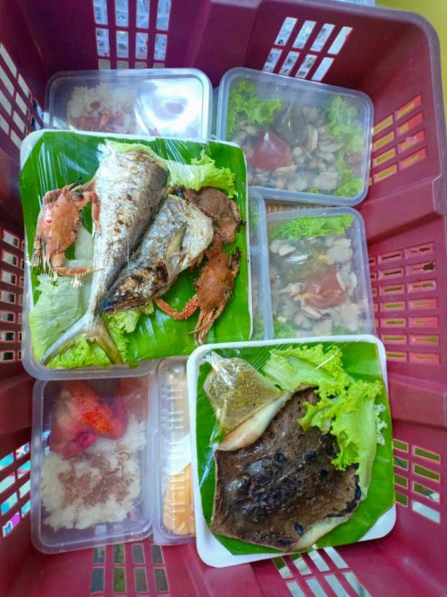 ANTARA hidangan enak yang boleh didapati di pasar terapung.