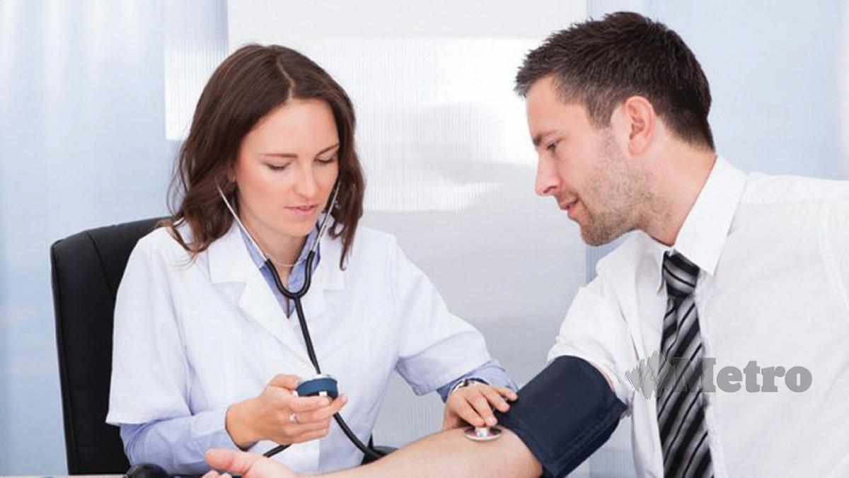 MENGUKUR tekanan darah untuk mengetahui sama ada menghidap tekanan darah tinggi atau sebaliknya. - FOTO Google