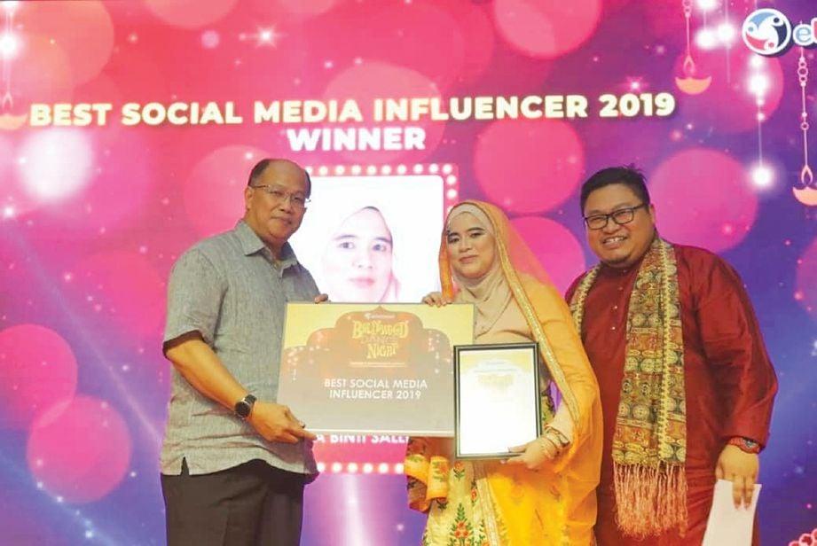 MENERIMA anugerah sebagai pempengaruh terbaik di media sosial pada 2019. FOTO Ihsan Salwa Mohd Salleh