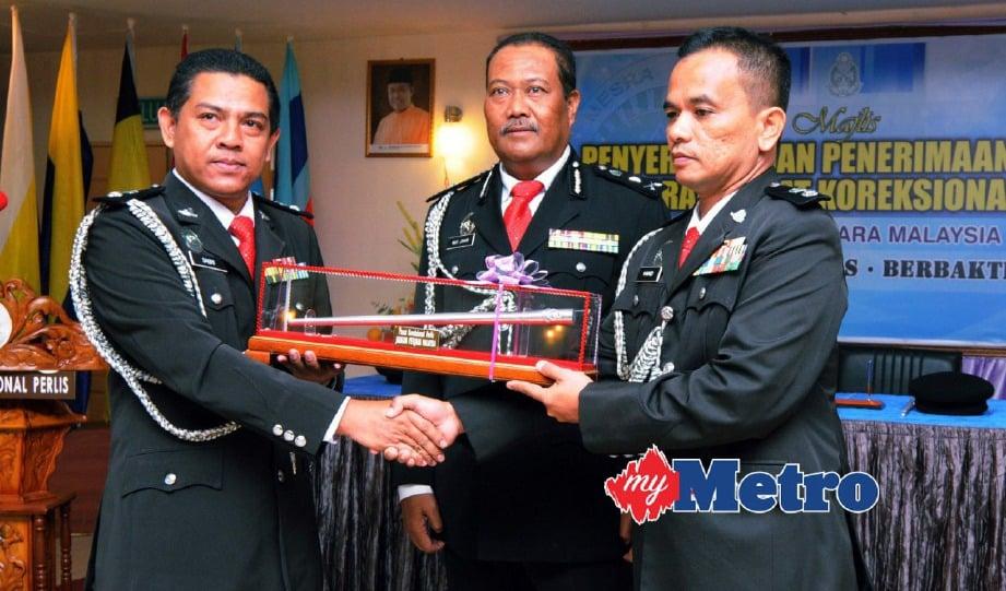 MAT JOHIR (tengah) menyaksikan penyerahan dokumen serah terima tugas antara Mohd Sabri (kiri) kepada Hamid. FOTO Hafizudin Mohd Safar