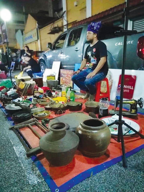 BERNIAGA di pasar karat.  FOTO Ihsan Syukaihar Mohd Sa'adi
