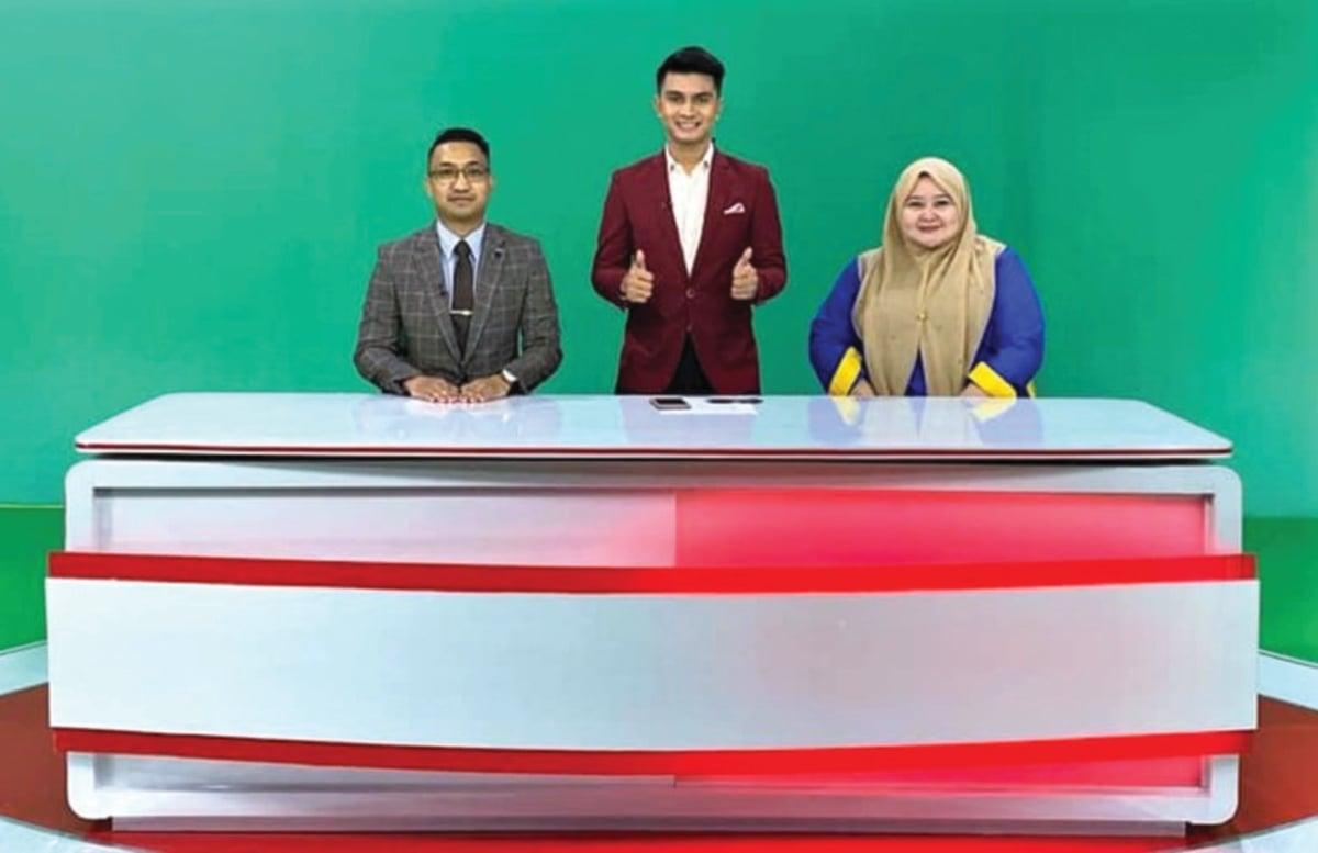 PENGALAMAN Muhammad Danial Akmal (kiri) bersiaran langsung dari Auditorium RTM.
