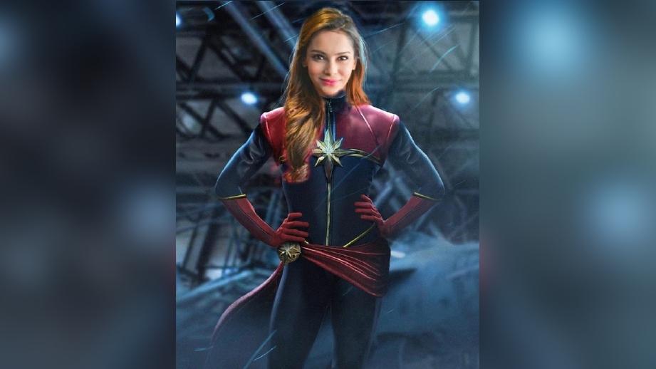 Raja Ilya disunting berpakaian adiwira Captain Marvel.
