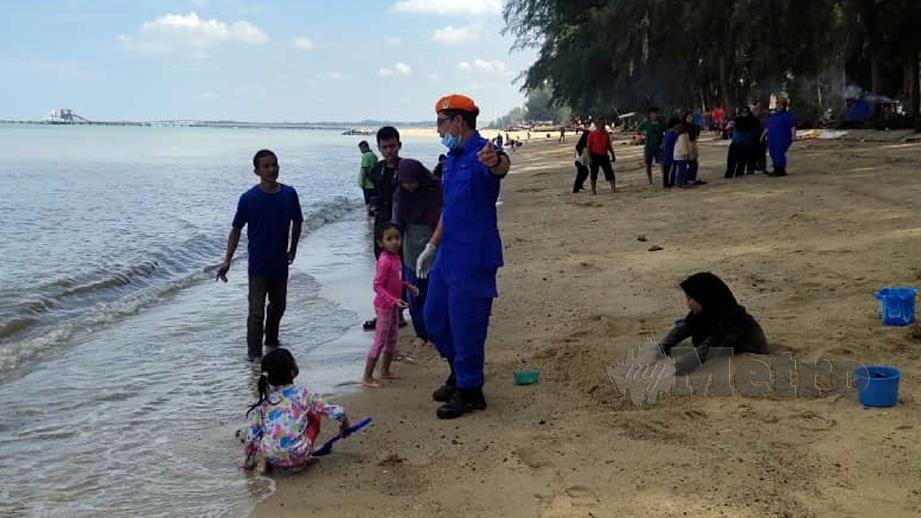 ANGGOTA APM meminta pengunjung pantai berhati-hati ketika mandi di Pantai Puteri.