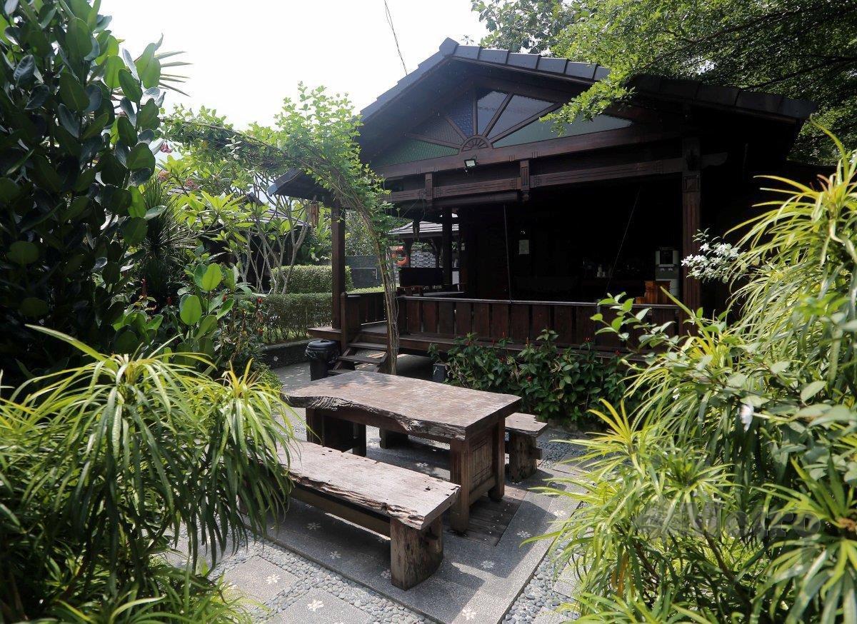 RUMAH studio mengambil seni bina Melayu apabila adanya serambi.