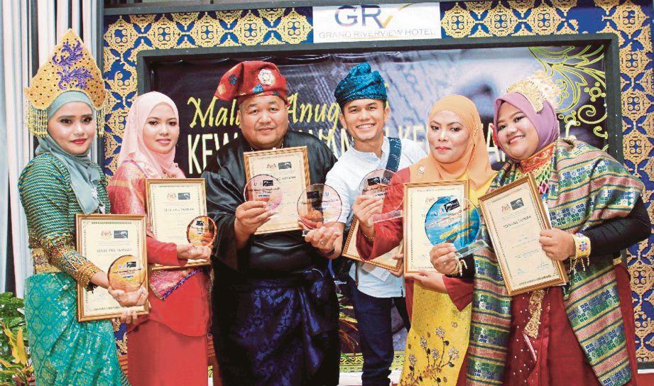 Dari kiri Siti Rohana, Siti Nor Hidayatidayu, Nik Abdullah, Mohd Azalie, Hazira dan Nor Amalina pada Malam Anugerah Kewartawanan Kelantan 2016 (MAKK 2016) di Hotel Grand Riverview, Kota Bharu.