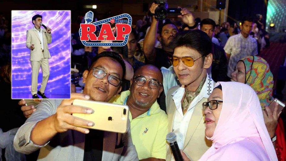 Jamal berselfie bersama peminatnya selepas persembahan sambutan Minggu Setiausaha di Bangi. FOTO MOHD KHAIRUL HELMY MOHD DIN