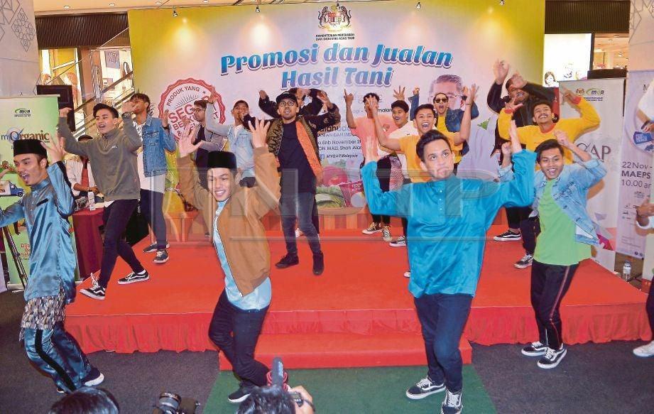 PERSEMBAHAN gimik tarian bagi mempromosikan MAHA 2018 pada Program Promosi dan Jualan Hasil Tani MyGAP. Foto /FAIZ ANUAR