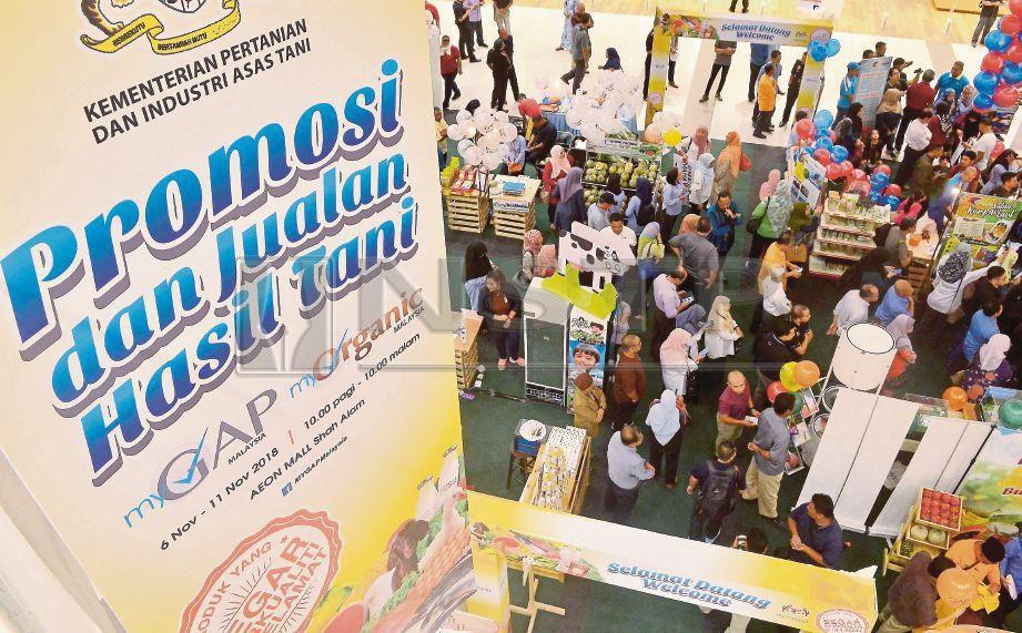 ORANG ramai membeli-belah pelbagai jualan produk usahawan tempatan pada Program Promosi dan Jualan Hasil Tani MyGAP di AEON Mall, Shah Alam. Foto FAIZ ANUAR