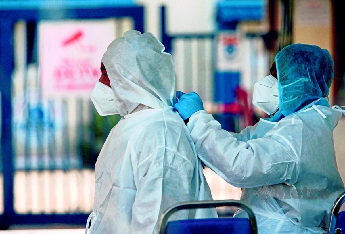 KLANG 25 NOVEMBER 2020. Kelihatan petugas Kementerian Kesihatan Malaysia (KKM) memakai Pakaian perlindungan diri (PPE).