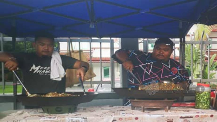 ABAM Bocey membantu adiknya berniaga di Bazar Ramadan. FOTO Ihsan Abam Bocey