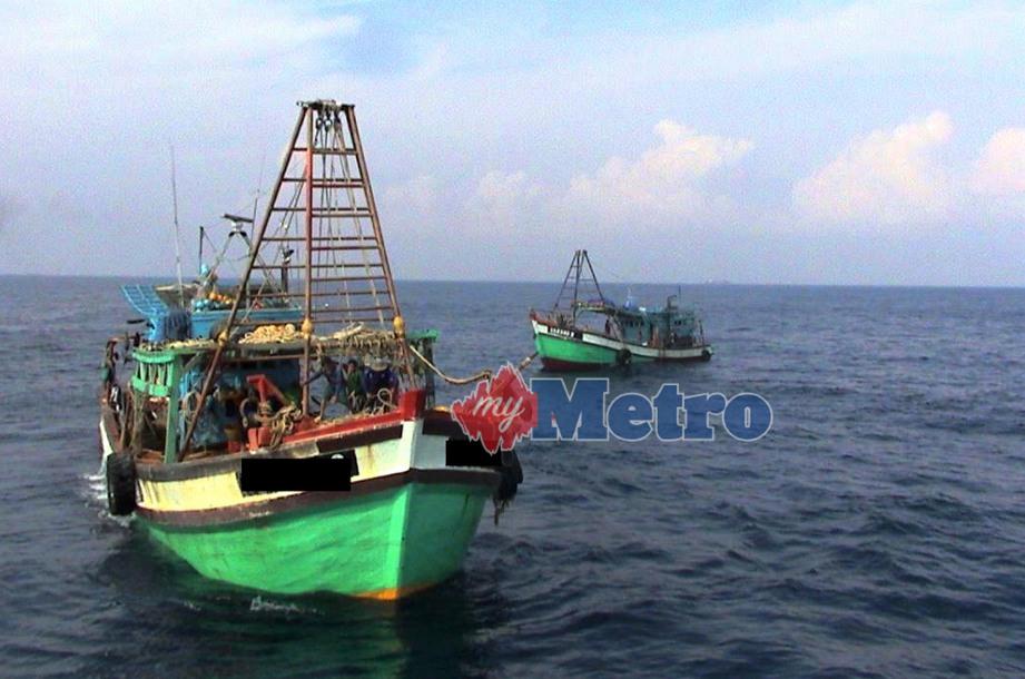 AGENSI Penguatkuasaan Maritim Malaysia (APMM) Daerah Tanjung Sedili menahan dua bot nelayan yang dinaiki dua tekong dan 18 krew warga Vietnam di perairan Tanjung Sedili dekat Kota Tinggi, petang semalam. FOTO Bernama