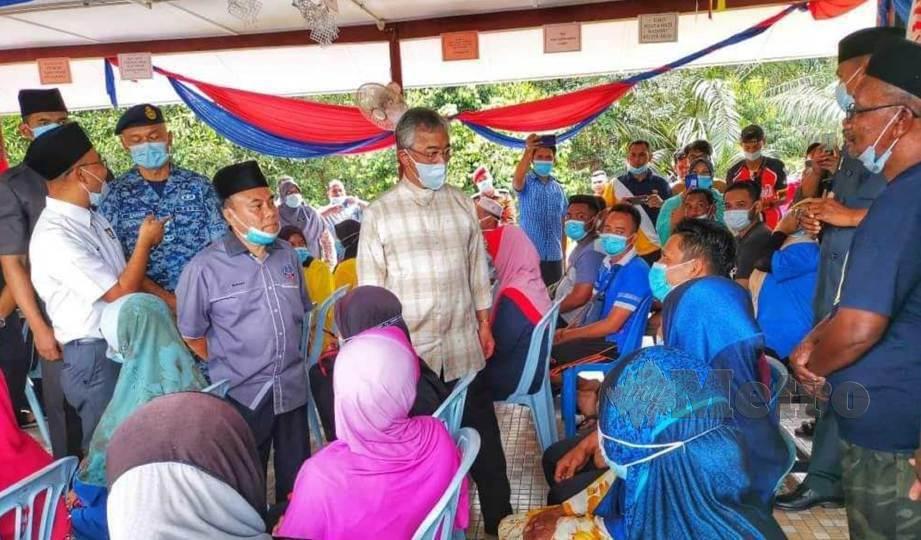 YANG di-Pertuan Agong Al-Sultan Abdullah Ri'ayatuddin Al-Mustafa Billah Shah mengunjungi pusat pemindahan dan bertemu dengan mangsa banjir di SK Chegar Perah, Lipis. FOTO Roselan Malek