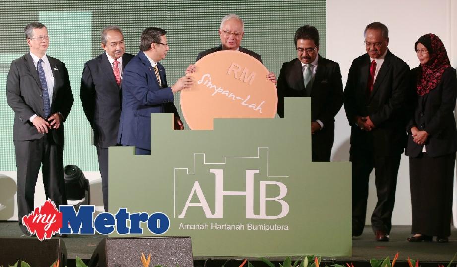 Najib melancarkan Unit Tambahan AHB turut bersama Menteri Kewangan II , Datuk Seri Johari Abdul Ghani (tiga kanan). FOTO Mohd Yusni Ariffin