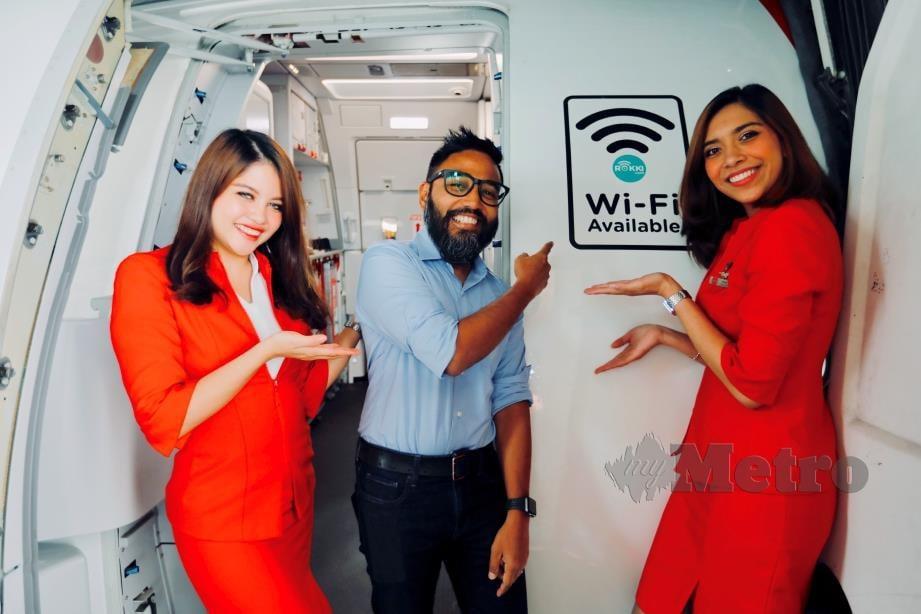RIAD Ismat menggunakan perkhidmatan WiFi dalam pesawat AirAsia semasa dalam perjalanan dari Kuala Lumpur ke Kuching.