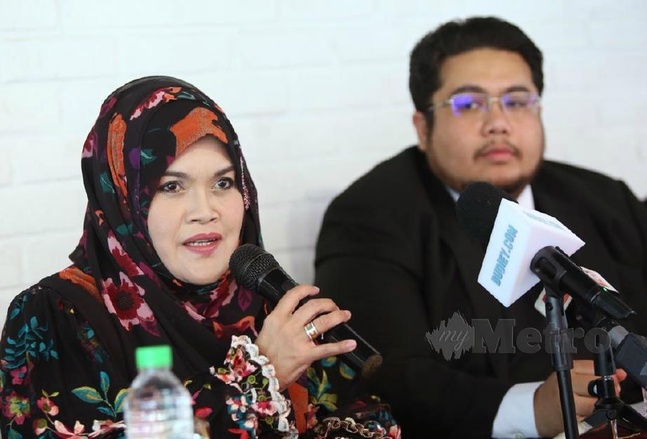 AISHAH (kiri) bersama peguamnya, Mohammad Izwan (kanan) dalam sidang media menuntut Datuk Seri Vida menggantikan berlian asli berharga RM80,000 yang dijanjikan selepas menjuarai Gegar Vaganza musim keempat. FOTO Nur Adibah Ahmad Izam