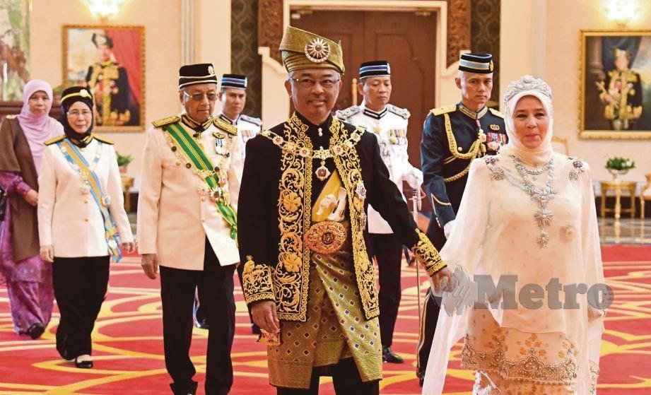 AL-SULTAN Abdullah dan Tunku Azizah Aminah Maimunah ketika berkenan berangkat pada Istiadat Pertabalan Yang di-Pertuan Agong ke-16 di Istana Negara hari ini. Turut kelihatan, Perdana Menteri Tun Dr Mahathir Mohamad dan Timbalan Perdana Menteri Datuk Seri Dr Wan Azizah Wan Ismail. FOTO Bernama.