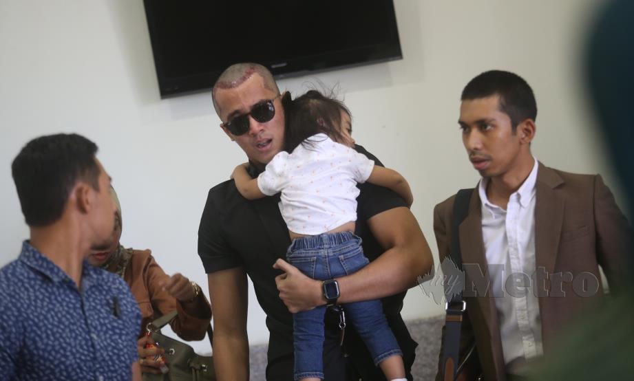 ALIFF (tengah) mendukung anaknya ketika hadir di Mahkamah Rendah Syariah Kuala Lumpur bagi kes permohonan cerai Bella Astillah terhadap Aliff, hari ini. FOTO Mohamad Shahril Badri Saali.