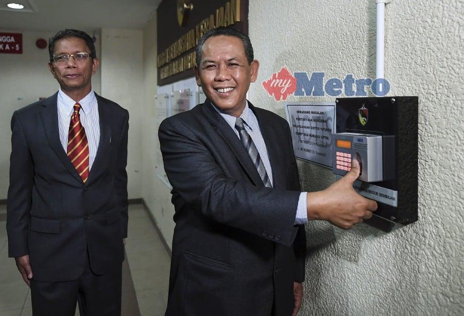 MENTERI Besar Negeri Sembilan, Aminuddin Harun (kanan) ketika tiba di Pejabat Menteri Besar untuk memulakan tugas hari pertama di Wisma Negeri hari ini. FOTO Bernama