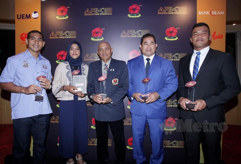 Pemenang bersama anugerah masing-masing (dari kiri) Zulkiflee, Rozliana, Wan Ibrahim, Nyuk Fah dan Amirul Sani sempena Anugerah Ragbi Kebangsaan  2019. FOTO Zulfadhli Zulkifli.