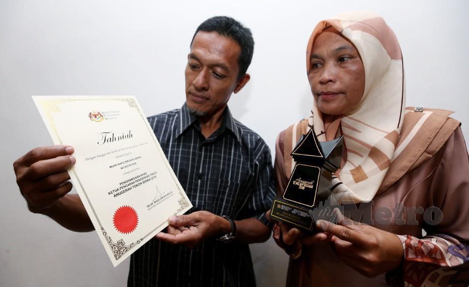 BAPA, Nor Azman Darus, 55 dan ibu, Rohana Hamzah, 52 menunjukkan sijil dan trofi Anugerah Penghargaan Khas Ketua Pengarah Pendidikan Tinggi yang diterima anaknya, Allahyarham Mohd Hafiz Nor Azman, 23 berikutan arwah yang meninggal dunia selepas terbabit dalam kemalangan ketika berada pada perlumbaan Kejuaraan Cub Prix AAM Malaysia PETRONAS 2018 sempena Anugerah Tokoh Siswa 2018 di Universiti Sains Islam Malaysia (USIM), Nilai, Negeri Sembilan. FOTO Iqmal Haqim Rosman