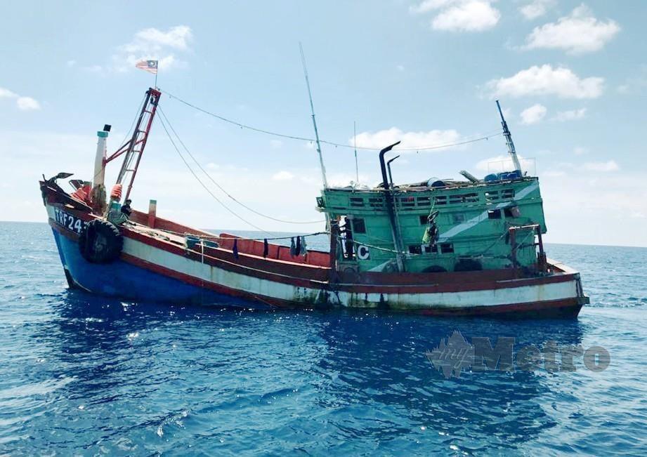 APMM Terengganu menahan bot nelayan Vietnam kerana melanggar syarat lesen dan disyaki menggunakan nombor pendaftaran tempatan.FOTO Ihsan  APMM