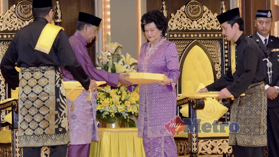 SULTAN Sallehuddin mengurniakan Darjah Kerabat Kedah, kepada Sultanah Maliha. FOTO Sharul Hafiz Zam
