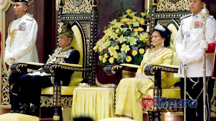 SULTAN Sallehuddin bersama Sultanah Maliha pada Istiadat Pemasyhuran Sultanah Negeri Kedah. FOTO Amran Hamid
