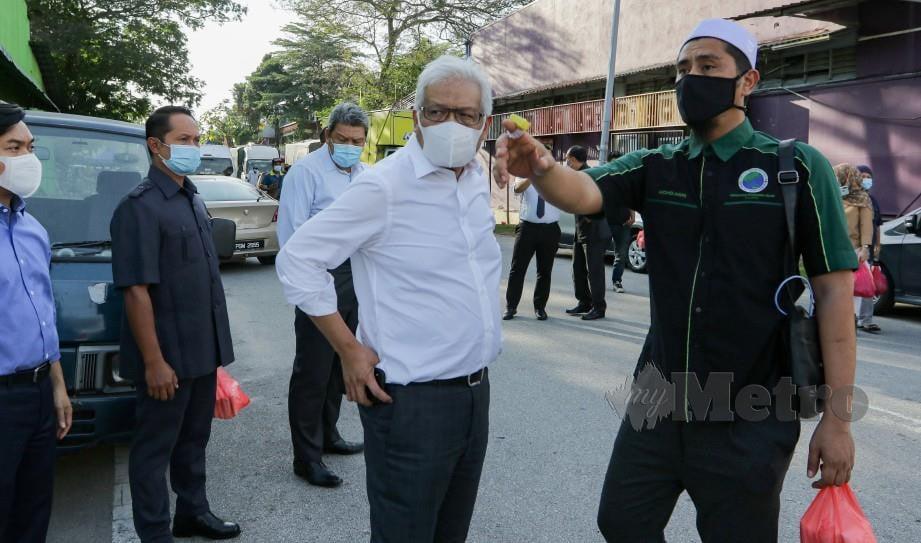 MENTERI Dalam Negeri, Datuk Seri Hamzah Zainudin bersama Asri Janggut meninjau lokasi yang dipercayai mempunyai premis perjudian di Bandar Baru Sungai Buloh, semalam. FOTO Aizuddin Saad