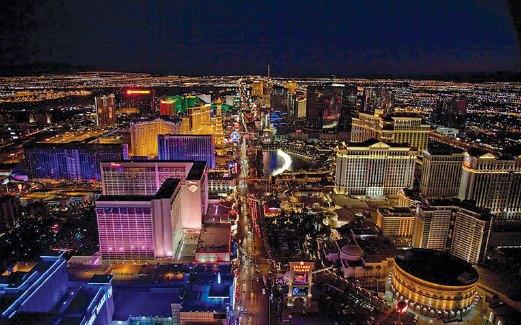 PEMANDANGAN bandar Las Vegas yang bercahaya dirakam ketika pesawat mendarat pada waktu malam.