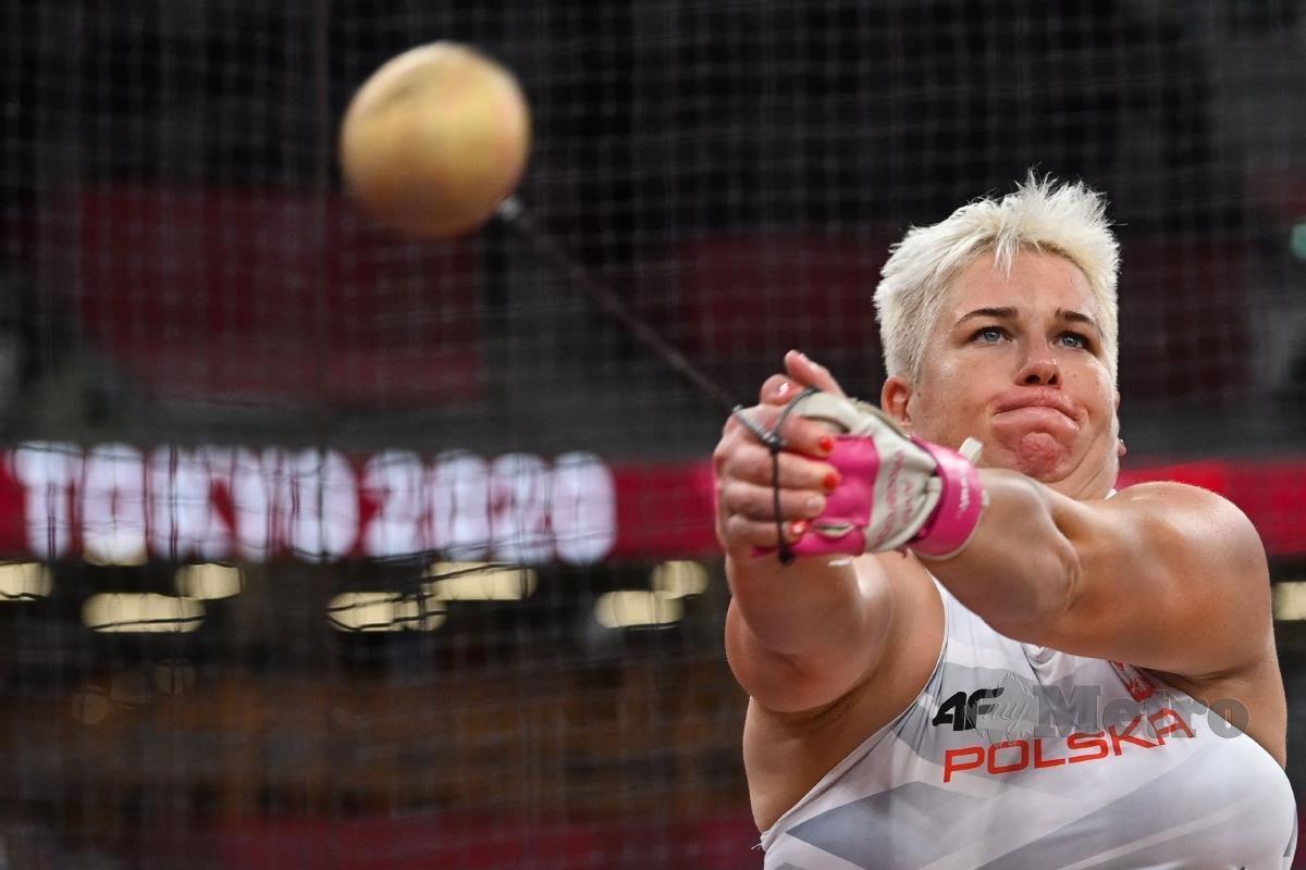 JAGUH Poland, Anita Wlodarczyk mencipta sejarah menang acara sama tiga kali berturut-turut selepas merangkul emas baling tukul besi wanita di Tokyo 2020, hari ini. FOTO AFP