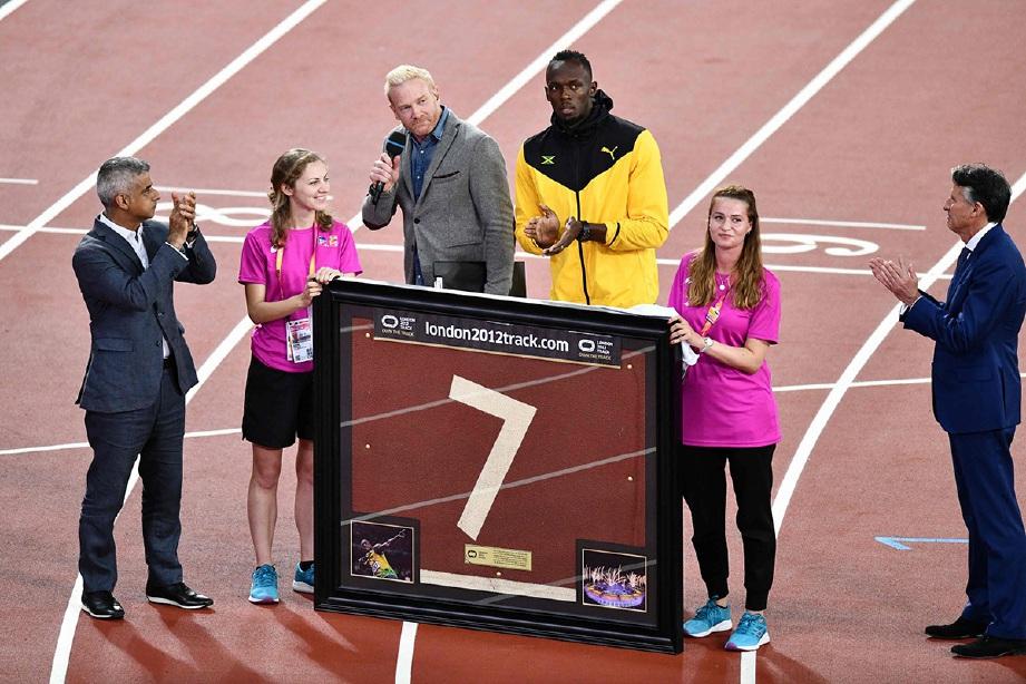 BOLT (tiga dari kanan) menerina penghargaan khas selepas mengumumkan persaraan.