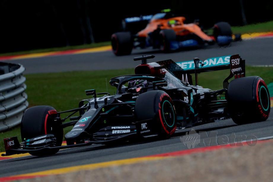 Hamilton (depan) bersaingan pada sesi kelayakan di litar Spa-Francorchamps menjelang perlumbaan Formula Satu Grand Prix Belgium. FOTO AFP