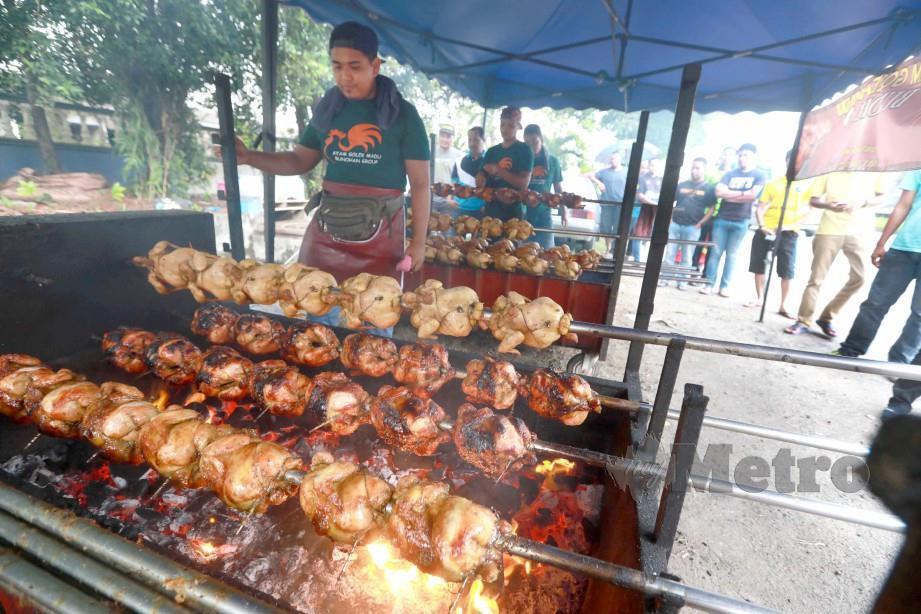 Pembantu gerai menyediakan ayam golek madu Bunohan ayam golek untuk dijual. FOTO Mohd Rafi Mamat