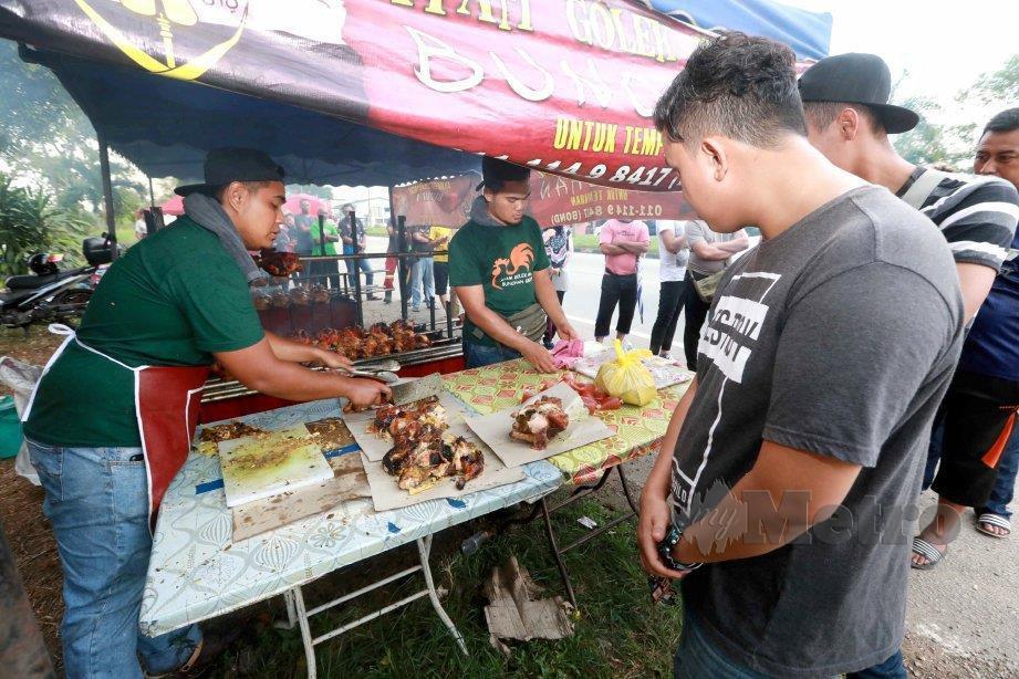 ORANG ramai terpaksa beratur untuk membeli ayam golek madu Bunohan. FOTO Mohd Rafi Mamat