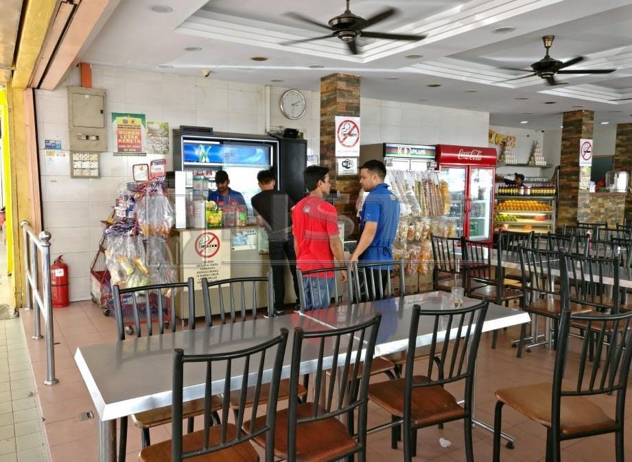 Ayat al-Quran di dalam restoran sudah ditanggalkan selepas JAIS membuat serbuan. FOTO Faiz Anuar