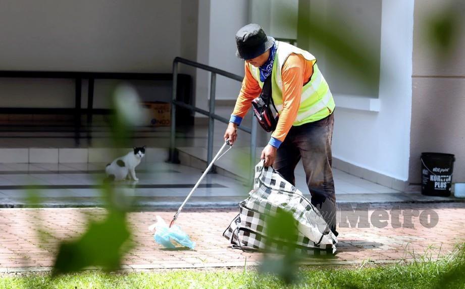 MOHAMAD Azhar bekerja sebagai pengutip sampah untuk mendapatkan duit lebih tampung kos beli makanan kucing jalanan. FOTO Hairul Anuar Rahim
