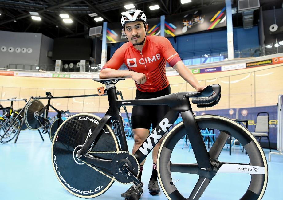 AZIZULHASNI  bersama basikal baharu yang akan digunakan pada Kejohanan Berbasikal Trek Dunia di Berlin, Jerman. FOTO Bernama
