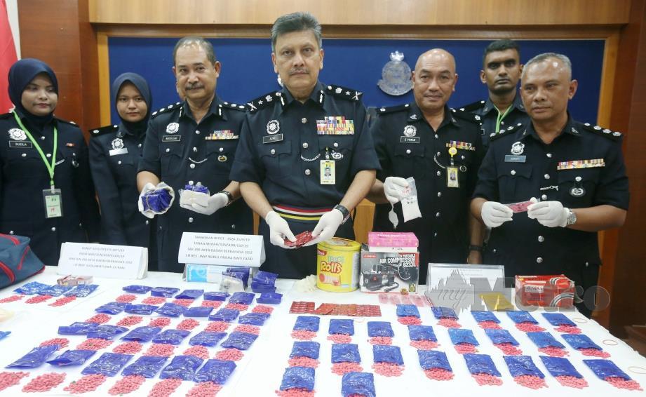 AZMI (tengah) bersama pegawainya menunjukkan sebahagian daripada 18,500 biji pil kuda, erimin 5 serta syabu dirampas pada sidang media di IPK Kelantan di Kota Bharu, hari ini. FOTO Zaman Huri Isa.