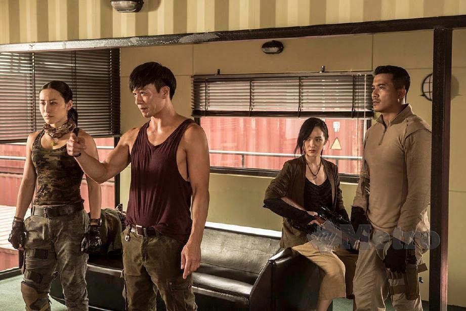 SELAIN menerbit, Philip Ng (dua dari kiri) turut bergelar pelakon dan pengarah aksi.