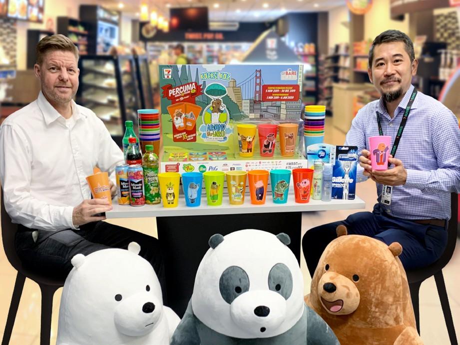 RONAN (kanan) bersama Ketua Pegawai Eksekutif 7-Eleven Malaysia, Colin Harvey menunjukkan koleksi kole Around the World with We Bare Bears.