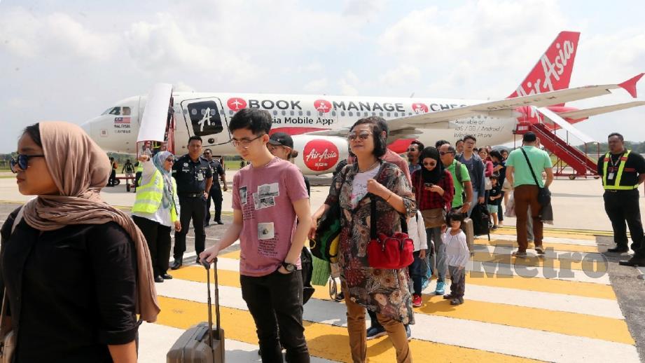 PENUMPANG penerbangan sulung AirAsia tiba di LTAM dari LTAPP. FOTO RASUL AZLI SAMAD