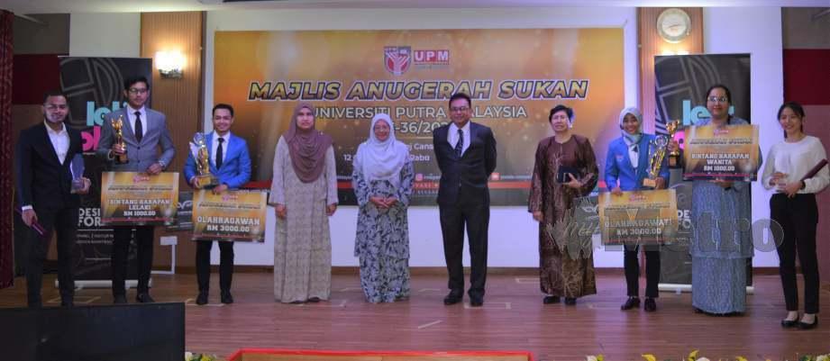 Mohamad Lutfi (tiga dari kiri) bersama pemenang anugerah masing-masing. FOTO Ihsan Pusat Sukan UPM