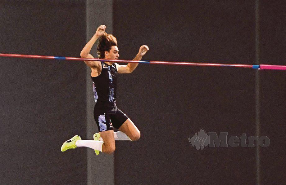 Armand Duplantis melepasi halangan lompat bergalah lebih enam meter. FOTO AFP