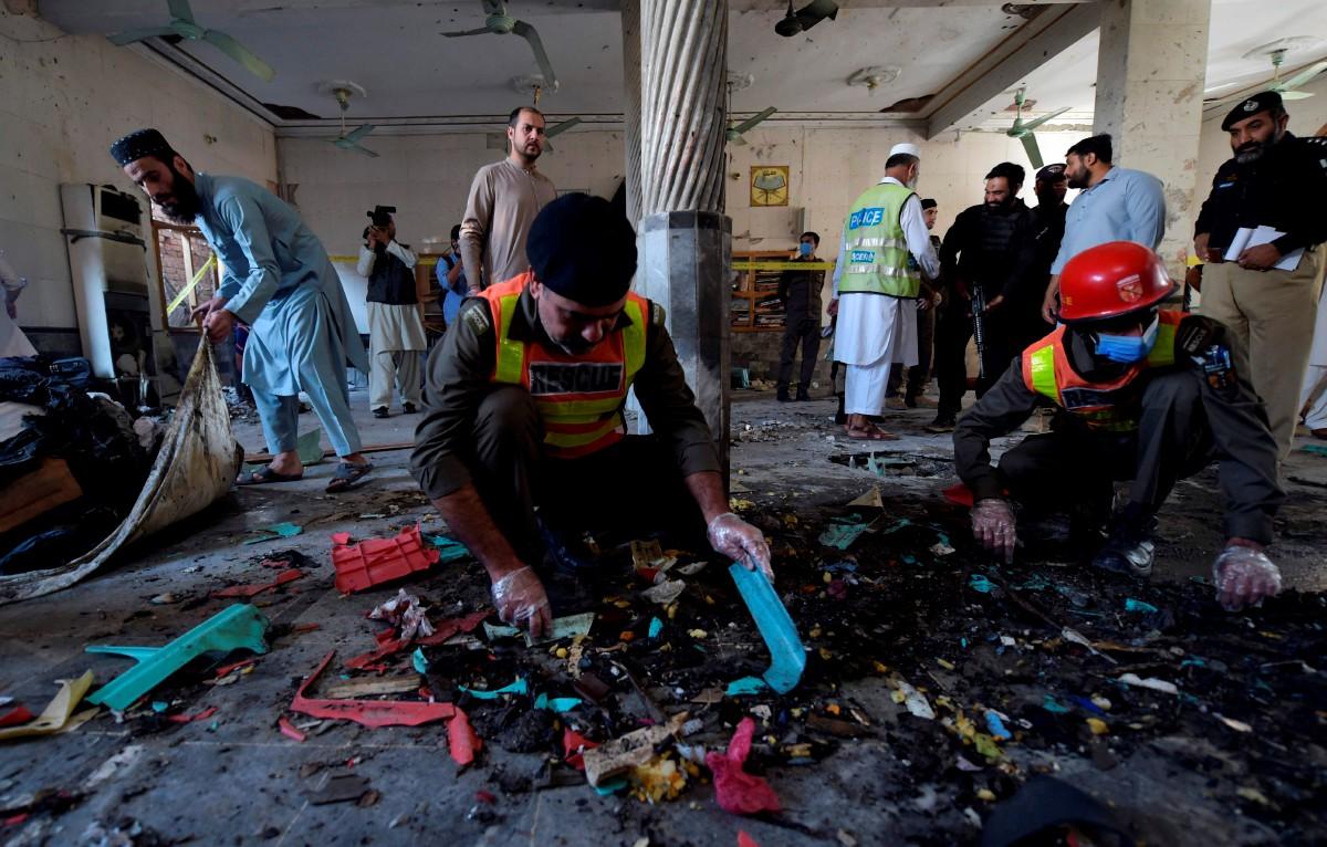PIHAK berkuasa melakukan siasatan di lokasi letupan yang mengorbankan tujuh pelajar. FOTO AFP