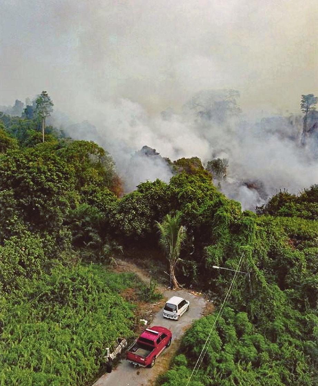 KEBAKARAN hutan membabitkan keluasan 13 ekar memburukkan lagi kualiti udara di sekitar Sri Aman, semalam.