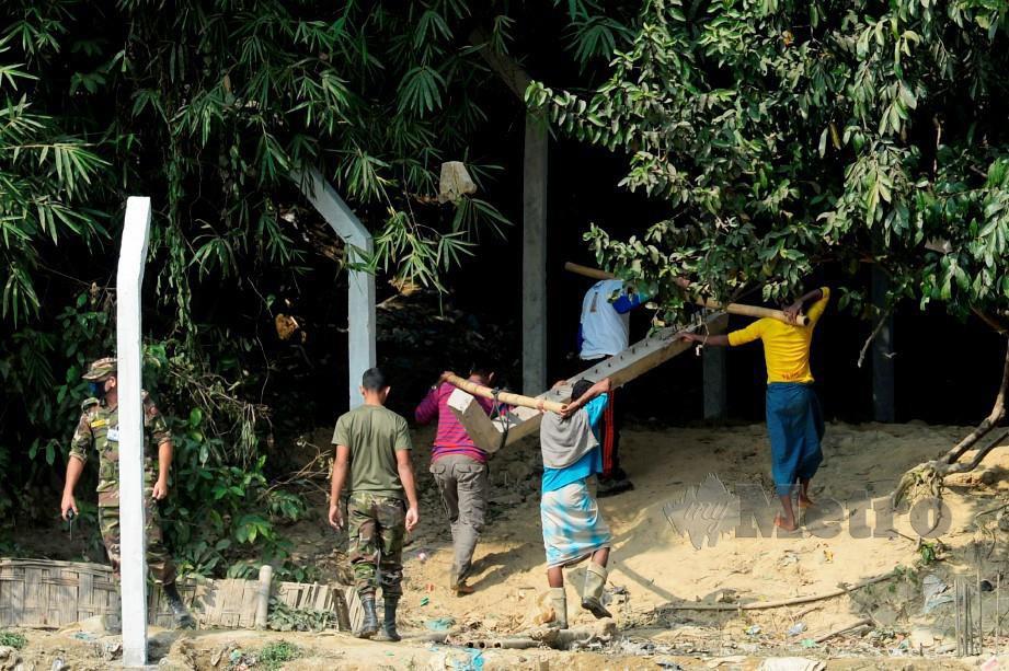 TENTERA Bangladesh mendirikan pagar mengelilingi kem menempatkan ratusan ribu pelarian etnik Rohingya.