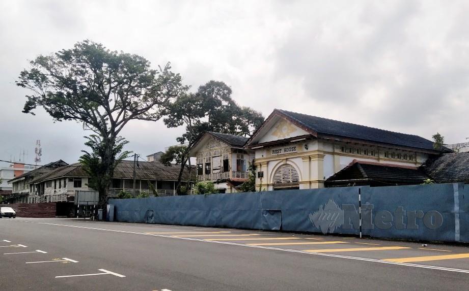 KEADAAN bangunan lama yang pernah menjadi kompleks pentadbiran daerah Larut Matang dan Selama yang usang. FOTO Muhammad Zulsyamini Sufian Suri