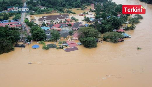 PEMANDANGAN dari udara menunjukkan sebahagian bangunan, premis dan kediaman di Kampung Kuala Tahan ditenggelami air. FOTO Bernama